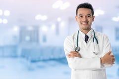 Doutor masculino no hospital Fotos de Stock