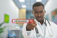 Doutor masculino preto africano irritado que aponta o dedo em você com o estetoscópio em torno de seu pescoço Busca do seguro de  imagem de stock