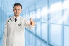 Doutor masculino que aponta o dedo no espaço da cópia fotos de stock royalty free