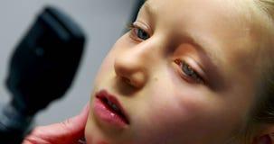 Doutor masculino que examina o olho paciente video estoque