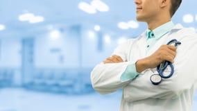 Doutor masculino que guarda o estetoscópio no hospital fotografia de stock