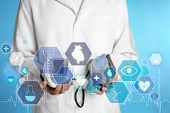 Doutor masculino que guarda o monitor da pressão sanguínea, close up Objeto m?dico foto de stock