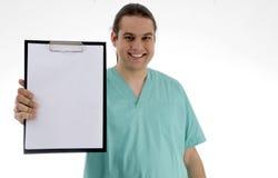 Doutor masculino que mostra seu bloco de notas Foto de Stock Royalty Free
