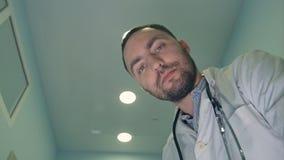 Doutor masculino que olha para baixo no paciente que tenta acalmá-la o ou fotos de stock royalty free