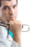 Doutor masculino que prende um estetoscópio em sua mão Fotografia de Stock