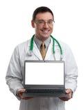 Doutor masculino que sorri e que guarda um laptop foto de stock