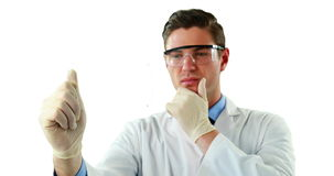 Doutor masculino que usa uma tabuleta digital futurista video estoque