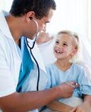 Doutor masculino que verific o pulso em um paciente Fotografia de Stock Royalty Free