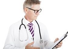 Doutor masculino Reading Medical Records imagem de stock