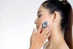 Doutor Medical Exam à cara da mulher pelo estetoscópio imagem de stock