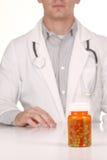 Doutor With Medication em umas garrafas da prescrição imagens de stock royalty free