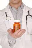 Doutor With Medication em umas garrafas da prescrição imagem de stock