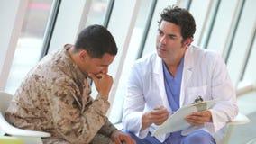 Doutor Meeting Soldier Suffering da depressão video estoque