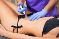 Mulher mesotherapy abdominal do tol do doutor da terapia Imagem de Stock Royalty Free