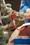 Doutor militar Medical Training e prática fotografia de stock royalty free