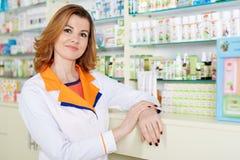 Doutor na farmácia imagem de stock royalty free