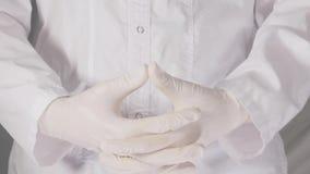 Doutor nas luvas de borracha video estoque