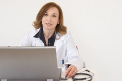 Doutor no computador imagem de stock