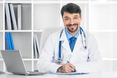 Doutor no escritório clínico imagens de stock royalty free