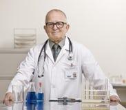 Doutor no laboratório com taça e tubos de ensaio imagens de stock royalty free
