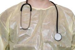 Doutor no revestimento cirúrgico com o estetoscópio na frente do fundo branco fotografia de stock royalty free