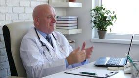 Doutor no sorriso do armário do hospital e para fazer a negação o sinal principal video estoque