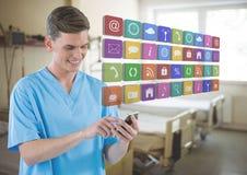 Doutor no telefone celular com ícones dos apps na sala de hospital fotografia de stock royalty free
