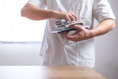 Doutor no uniforme que limpa seu equipamento foto de stock