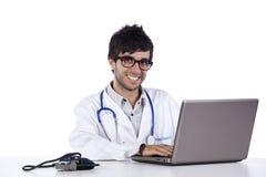 Doutor novo de Frendly que trabalha em seu portátil Imagem de Stock