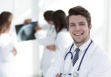 Doutor novo no fundo dos colegas Fotos de Stock