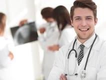 Doutor novo no fundo dos colegas Foto de Stock