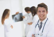 Doutor novo no fundo dos colegas Imagens de Stock Royalty Free