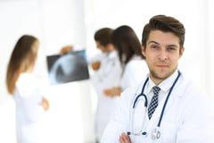 Doutor novo no fundo dos colegas Imagens de Stock