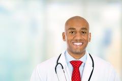 Doutor novo seguro feliz que está no corredor do hospital foto de stock royalty free