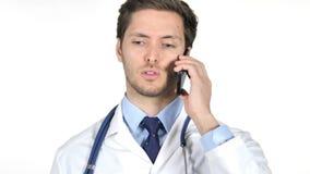 Doutor novo Talking em Smartphone, fundo branco vídeos de arquivo