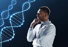 Doutor ou cientista no revestimento branco com ADN fotografia de stock royalty free