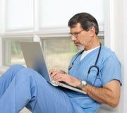 Doutor ou enfermeira com computador portátil fotografia de stock royalty free