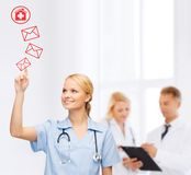 Doutor ou enfermeira de sorriso que apontam ao envelope Fotos de Stock Royalty Free