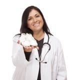 Doutor ou enfermeira fêmea latino-americano com sapatas de bebê Imagens de Stock