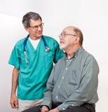Doutor ou enfermeira que consolam o paciente masculino sênior Foto de Stock Royalty Free