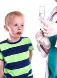 Doutor ou enfermeira que preparam a injeção do rapaz pequeno Fotos de Stock Royalty Free