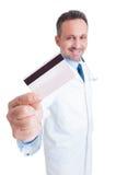Doutor ou médico que mostram o crédito e o cartão de crédito Fotografia de Stock