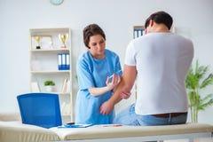 Doutor paciente do visitng para a inoculação anual da vacina contra a gripe para o preve fotos de stock