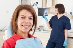 Doutor paciente fêmea do dentista do sorriso e da mulher que verifica o radiogr fotos de stock royalty free