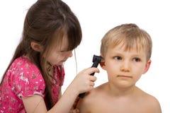 Doutor pequeno Com Otoscope Fotos de Stock