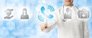 Doutor Points no telefone para a consulta paciente imagens de stock