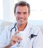 Doutor positivo que tem uma ruptura Imagens de Stock