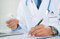 Doutor Prescribing Medicine Imagens de Stock Royalty Free