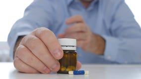 Doutor Presenting Medication com comprimidos e drogas para a prevenção da depressão imagem de stock royalty free