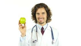 Doutor profissional com a maçã verde nas mãos video estoque
